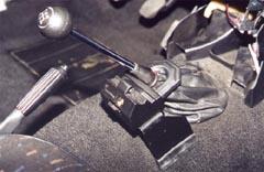 Наружный скобовой замок - блокиратор рычага КПП